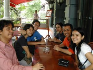 Si bungsu bersama teman Comlabs ITB, kakak dan kaka ipar