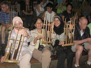 Penonton diajak ikut serta main angklung