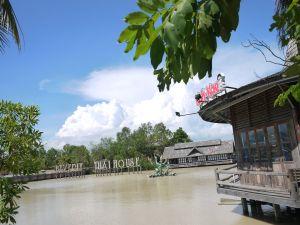 Beverly Thai House, yang lebih dikenal sebagai Floating Market