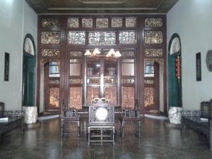 Pemisah ruangan dari kayu berselaput emas